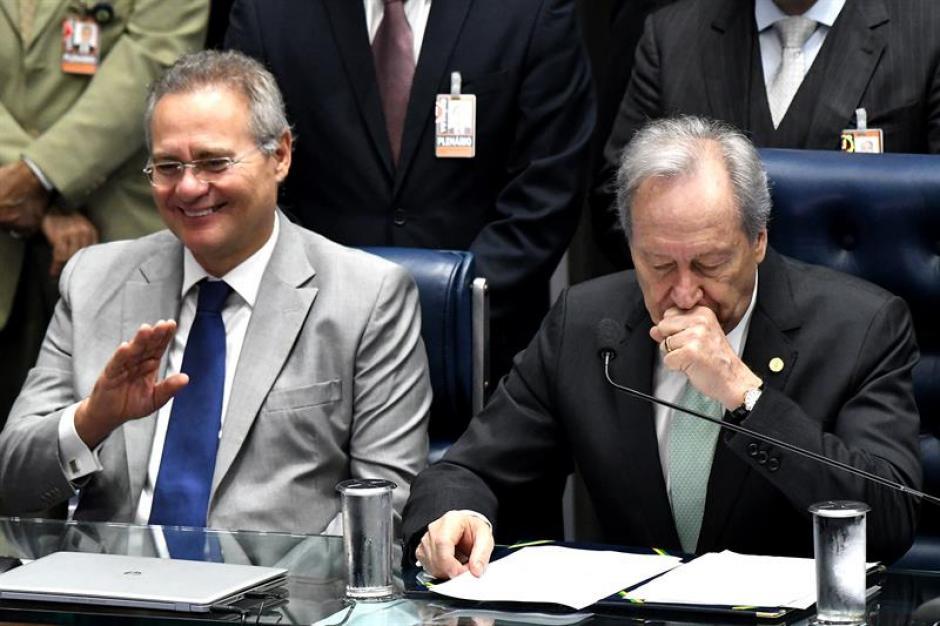 Ricardo Lewandowski, quien dirige las sesiones como garante constitucional del proceso en contra de Rousseff, y el senador Renan Calheiros. (Foto: Efe)