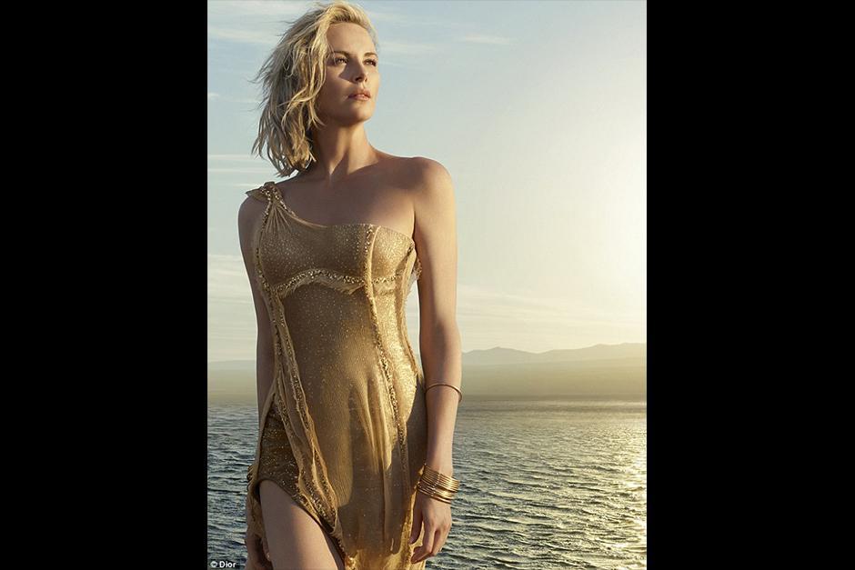 Como toda una Diosa con un vestido dorado, aparece la actriz. (Foto: Dior)
