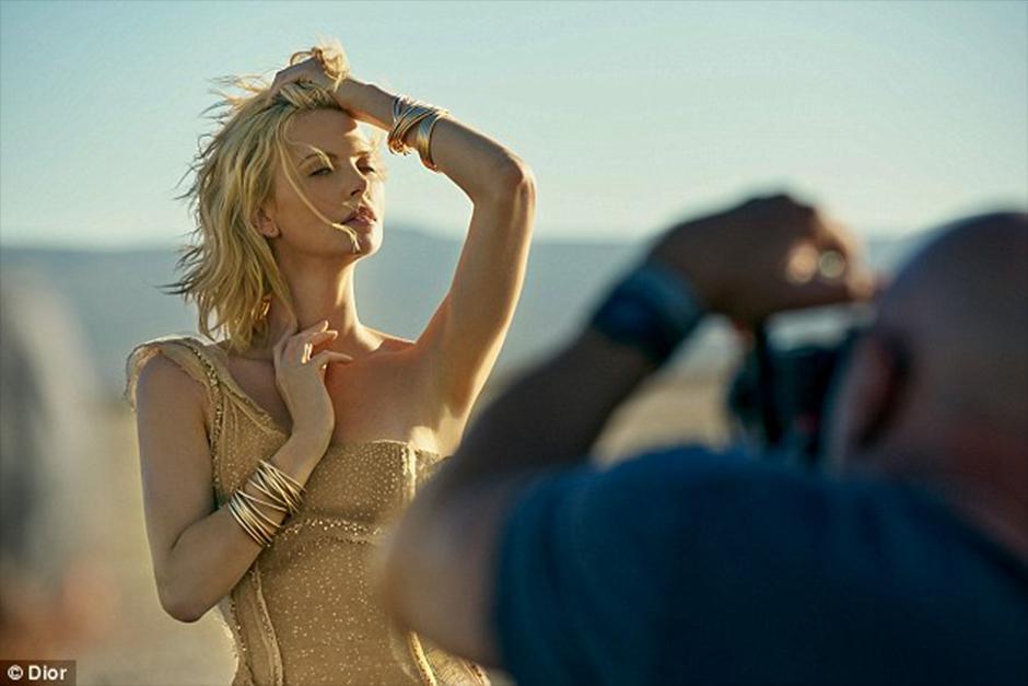 Charlize Theron captada en el rodaje del nuevo anuncio del perfume J'Adore de Dior. (Foto: Dior)