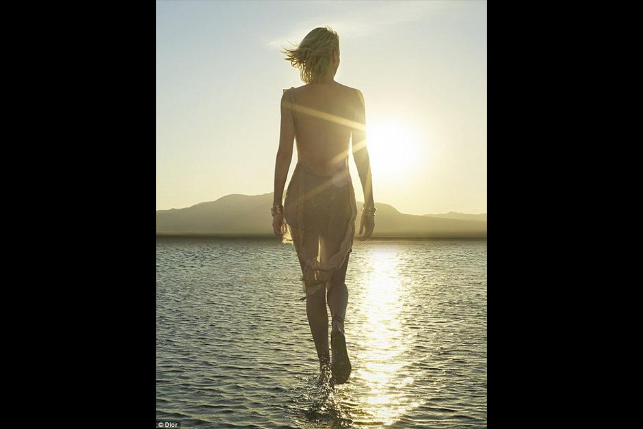 Charlize juega y disfruta de un dorado atardecer en el agua. (Foto: Dior)