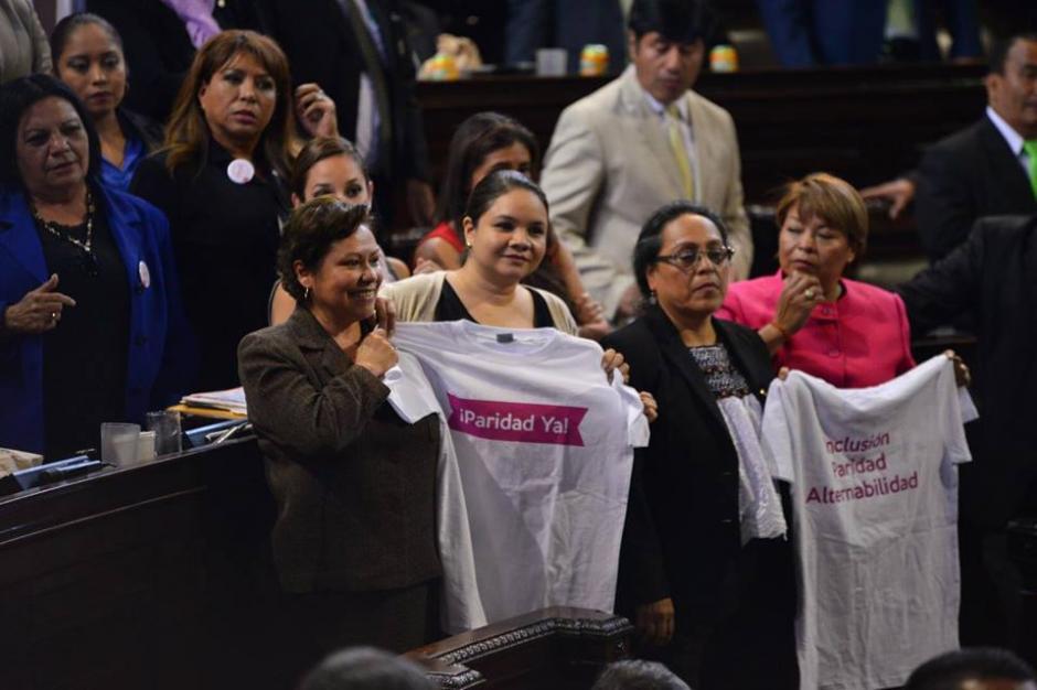 Las diputadas llevaron playeras para exigir paridad den el Congreso. (Foto: Jesús Alfonso/Soy502)