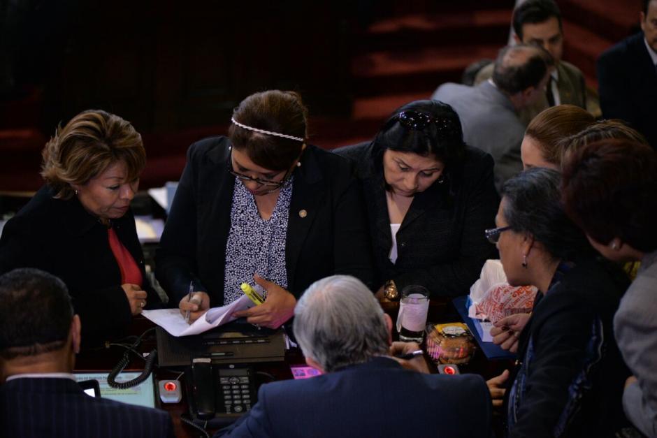 Las diputadas se reunieron en el hemiciclo para fotografiarse y celebrar la aprobación de los cambios al Código Municipal. (Foto: Archivo/Soy502)