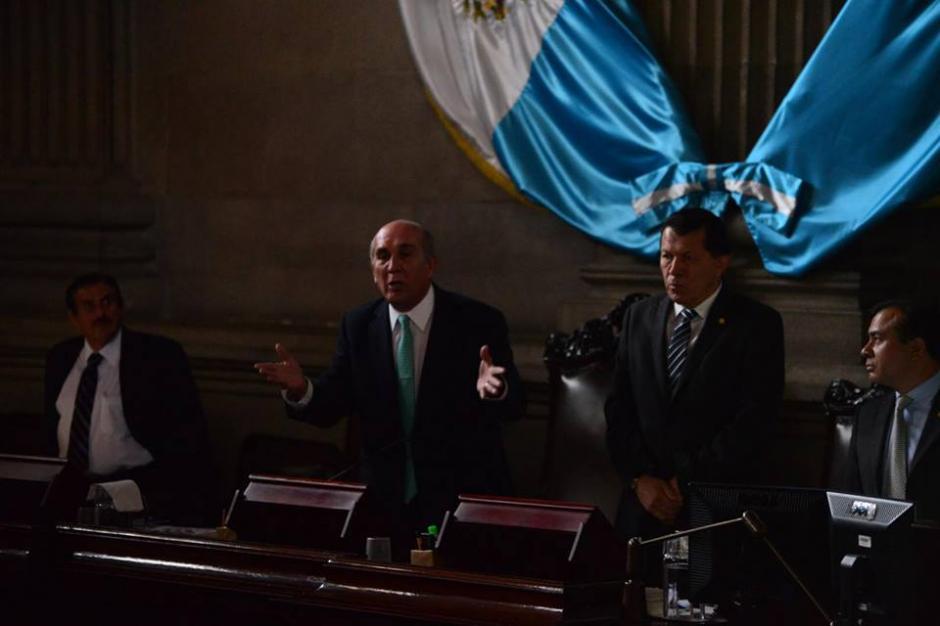 En la oscuridad los diputados trabajaron durante varios minutos. (Foto: Jesús Alfonso/Soy502)