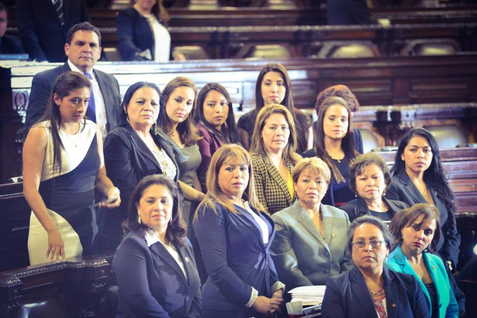 Las diputadas se reunieron en el centro del hemiciclo en rechazo a una de las enmiendas de Linares Beltranena. (Foto: Archivo/Soy502)