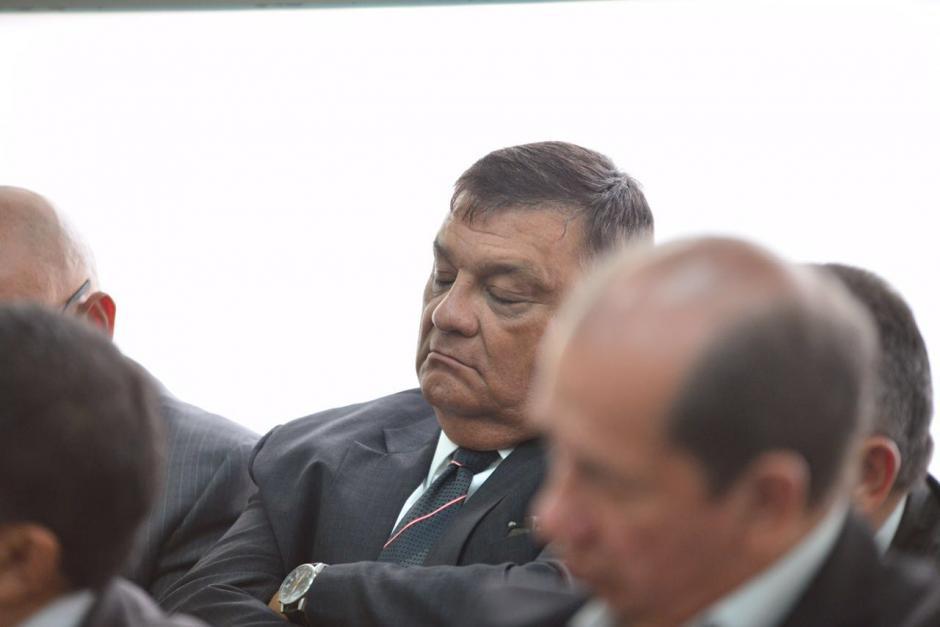 El exdiputado Carlos Herrera pareció dormirse un momento durante la resolución del juez. (Foto: Jesús Alfonso/Soy502)