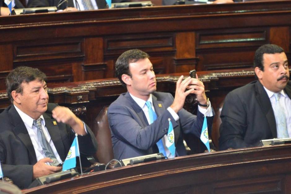 """Otros se dedicaron a tomarse """"selfies"""" durante la sesión que no consiguió designar Vicepresidente. (Foto: Jesús Alfonso/Soy502)"""