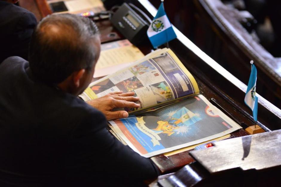 Mientras la Sesión Solemne en el Congreso de la República se realizaba, varios diputados prefirieron leer noticias. (Foto: Jesús Alfonso/Soy502)