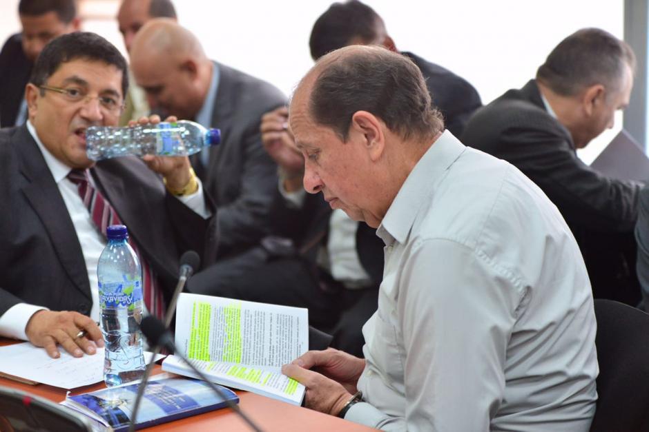 El exdirector del Congreso, Luis Mijangos lee las leyes del país. (Foto: Jesús Alfonso/Soy502)