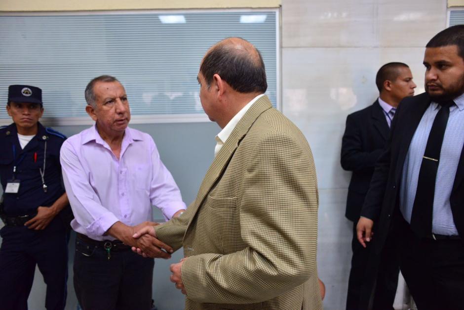 El exdiputado Alfredo Rabbé saluda a un asistente en la sala. (Foto: Jesús Alfonso/Soy502)