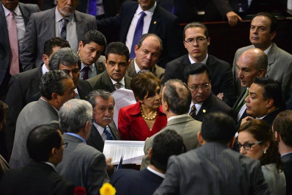 Al centro del Hemiciclo los diputados tomaron decisiones por medio de jefes de bloque. (Foto: Wilder López/Soy502)