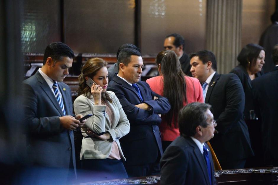 Varios diputados discuten mientras la sesión se desarrolla en el Congreso de la República. (Foto: Wilder López/Soy502)