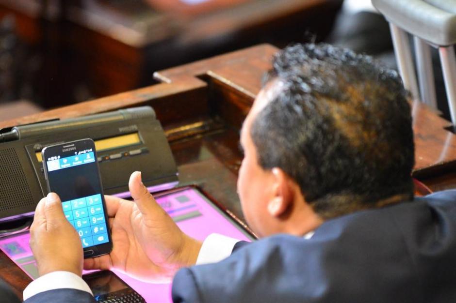 Sin poner atención a los discursos, los diputados se enfocaron en teléfonos, computadoras y hablar entre ellos. (Foto: Jesús Alfonso/Soy502)