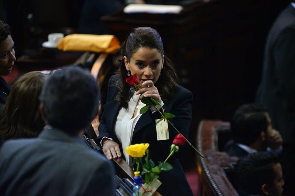 Las diputadas compartían rosas mientras se desarrollaba la sesión. (Foto: Wilder López/Soy502)