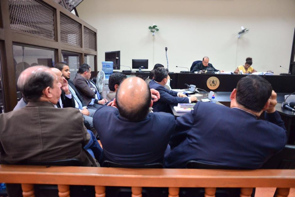 Los exfuncionarios escucharon la decisión del Juez Villatoro. (Foto: Jesús Alfonso/Soy502)