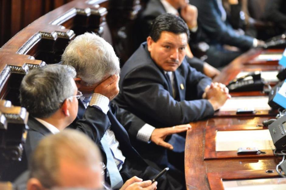 Esta escena era común durante la sesión en el Congreso que conmemoró la Independencia. (Foto: Jesús Alfonso/Soy502)