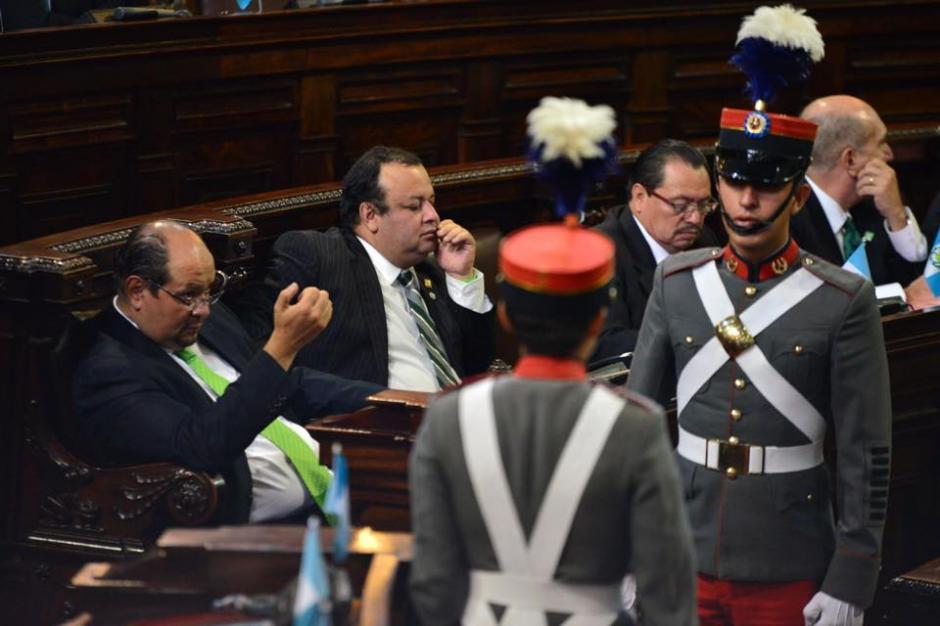 Revisión de uñas y hasta durmiendo se logró ver a algunos congresistas. (Foto: Jesús Alfonso/Soy502)