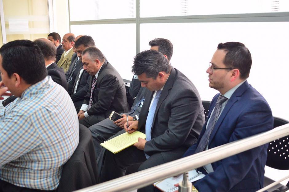 Edgar Cristiani toma nota de la resolución en el juzgado. (Foto: Jesús Alfonso/Soy502)