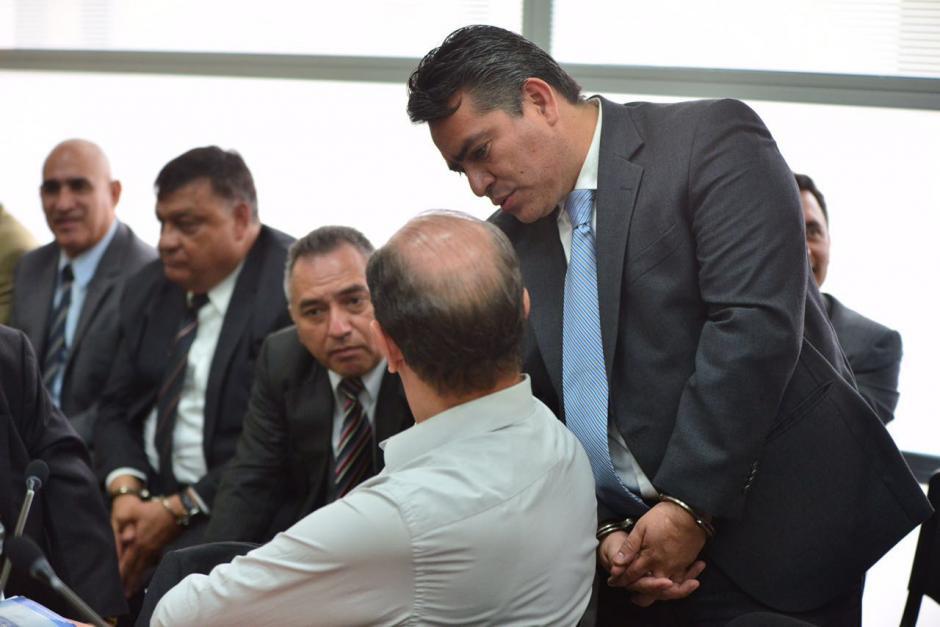 Edgar Cristiani conversa con el exdirector del Congreso José Luis Mijangos. (Foto: Jesús Alfonso/Soy502)