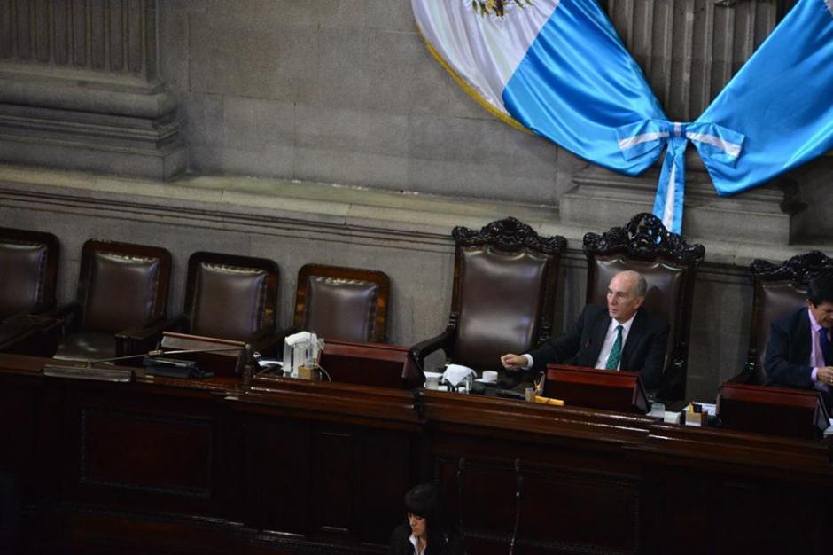 El presidente del Congreso, Mario Taracena por momentos estaba solo. (Foto: Jesús Alfonso/Soy502)