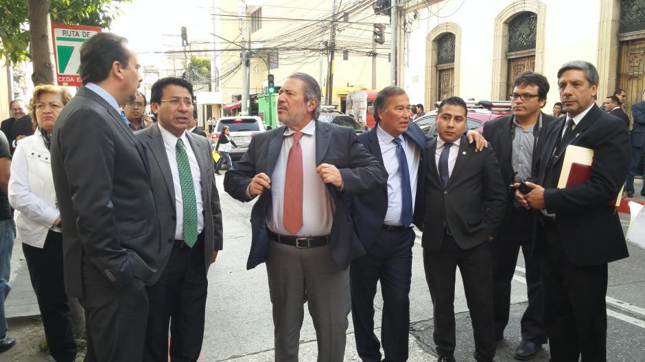 Las tres puertas de acceso al Congreso fueron bloqueadas. (Foto: José Miguel Castañeda/Soy502)