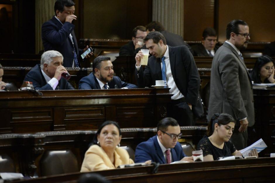Varios diputados revisaron su teléfono durante la citación a varios funcionarios. (Foto: Wilder López/Soy502)