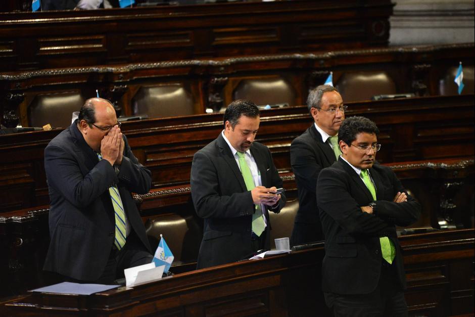 Jairo Flores (al centro de la imagen) señala que el Presidente lo llamó para que apresure el dictamen. (Foto: Archivo/Soy502)