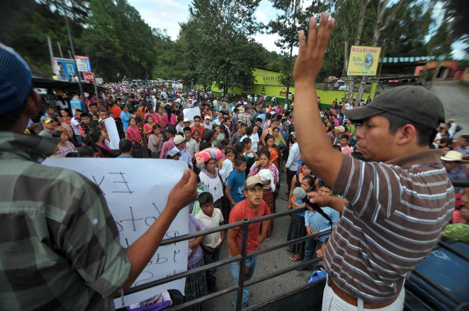 Supuestos líderes del partido Todos azuzaron a los seguidores para que bloquearan la carretera hacia SantaCruz Verapaz. (Foto: Byron de la Cruz/Soy502)