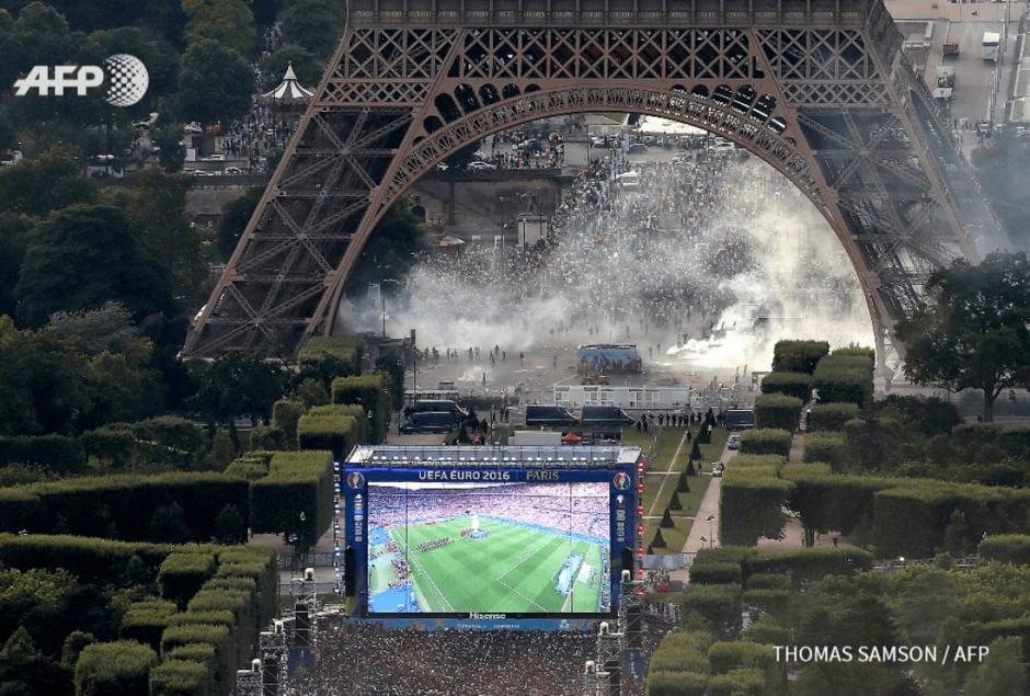 Cerca de 10 mil personas se encuentran reunidas en la Torre Eiffel. (Foto: AFP)