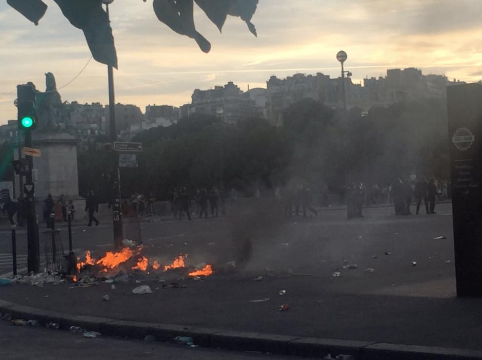 Los disturbios se registraron al inicio del encuentro. (Foto: @RemyBuisine/Twitter)