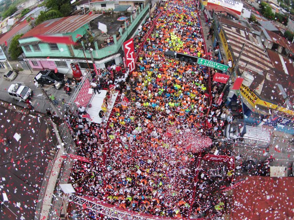 Así se vivió desde el aire el Medio Maratón de Cobán que reunió a 10 mil corredores en una verdadera fiesta por cumplir 40 años. (Foto: Deccio Serrano/ Nuestro Diario)