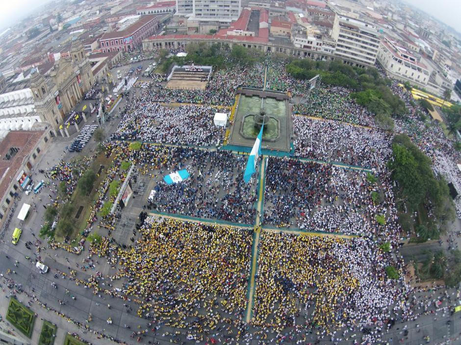 Así lucía la Plaza de la Constitución hoy, durante la misa con la que el pueblo católico celebró la canonización de Juan Pablo II y Juan XXIII. (Foto: Nuestro Diario)