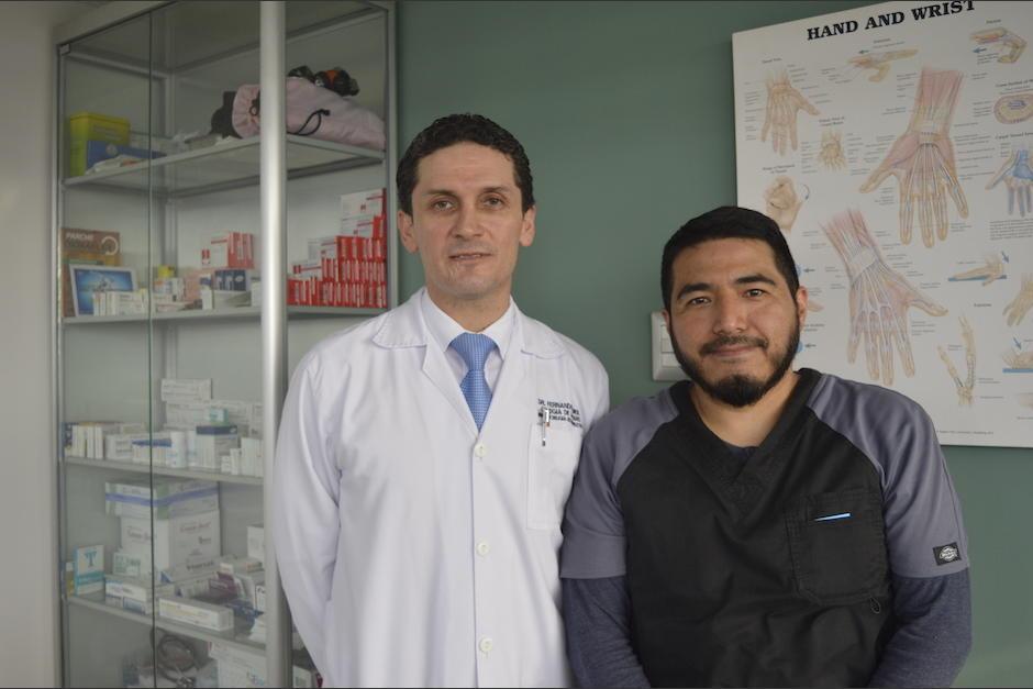 Los doctores Fernando Romero de 42 años y Juan Carlos González de 39, trabajan juntos desde hace cuatro años. (Foto: Camila Chicas Callén/Soy502)
