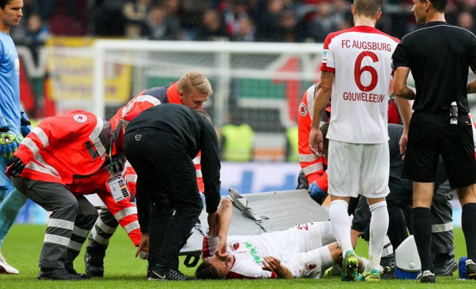 El jugador del Ausburgo quedó tirado en el campo y sufrió una grave lesión. (Foto: AS)