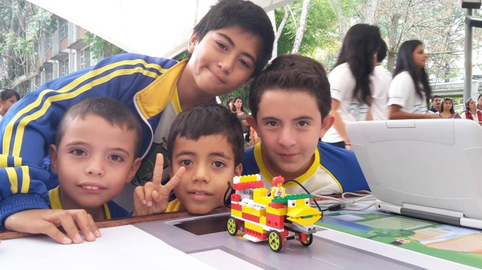 Los niños del colegio Don Bosco muestran su proyecto al final de su participación.(Foto: Fredy Hernández/Soy502)