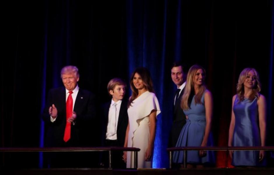 Junto a toda su familia agradeció los votos y habló sobre su mandato. (Foto: AFP)