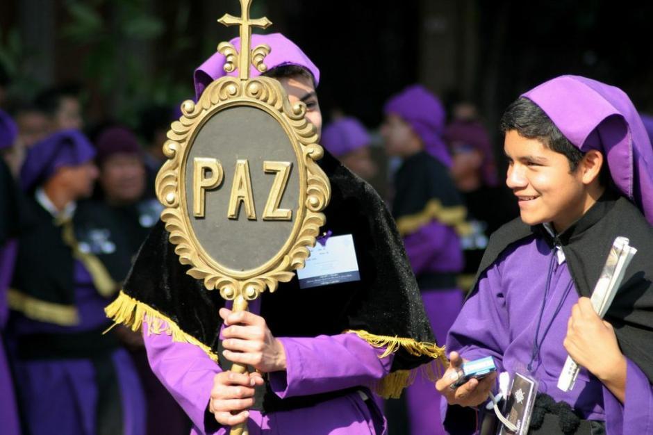 """""""Paz"""" dice el estandarte que encabeza la procesión de Jesús de las Tres Potencias, la cual sale de la Parroquia Vieja, en la zona 6, el Lunes Santo. (Foto: Raúl Illescas)."""