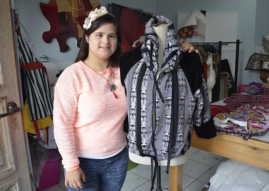 """La diseñadora guatemalteca Isabella Springmühl nos acerca a su marca """"Down to Xjabelle"""" desde su taller. (Foto: Selene Mejía/Soy502)"""