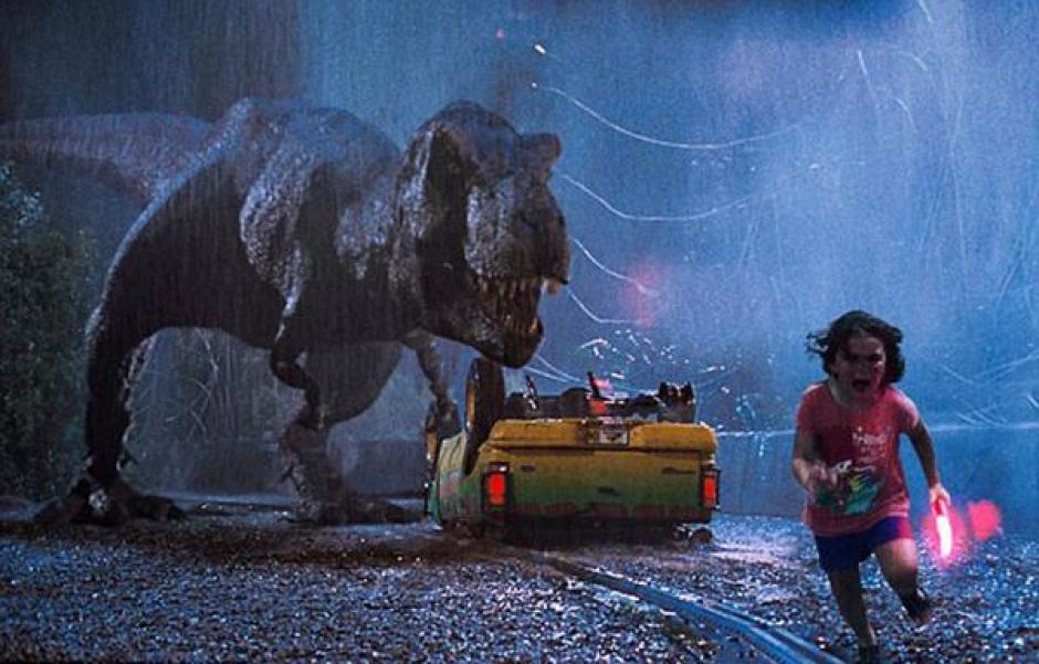La menor fue montada en una escena de Jurassic Park donde aparece T-Rex. (Foto: Infobae)