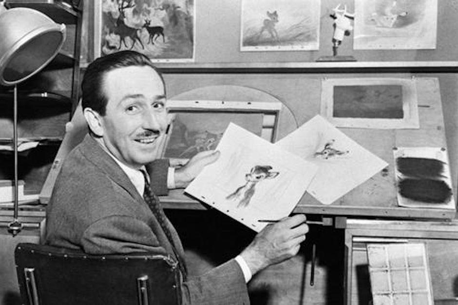 "Walt Disney con un boceto de ""Bambi"".  (Foto: infobae.com)"
