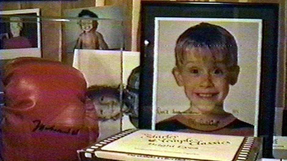 """""""No me dejes solo en la casa"""", era la dedicatoria en la fotografía de Macaulay Culkin, que encontraron dentro de un armario. (Foto: Infobae)"""