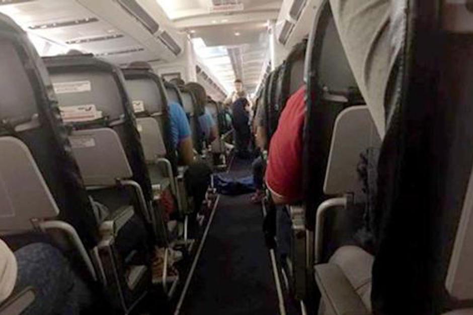 Los pasajeros tuvieron que viajar con un cadáver en el piso. (Foto: infobae.com)
