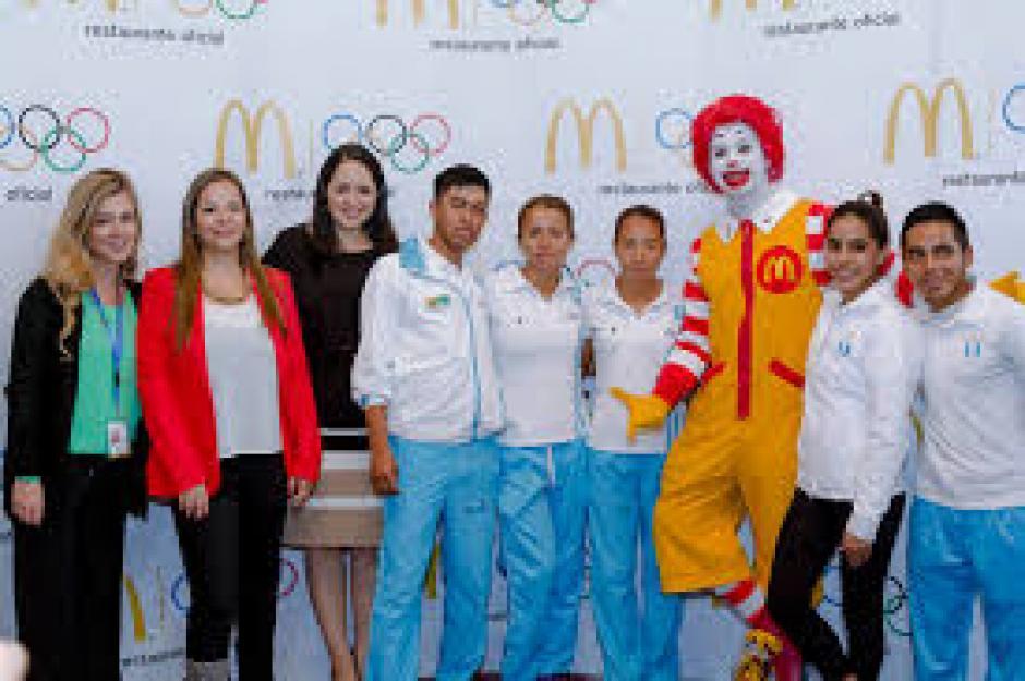 Ronald McDonald junto a los atletas guatemaltecos presentes en Río 2016. (Foto: Eddie Lara/Soy502)