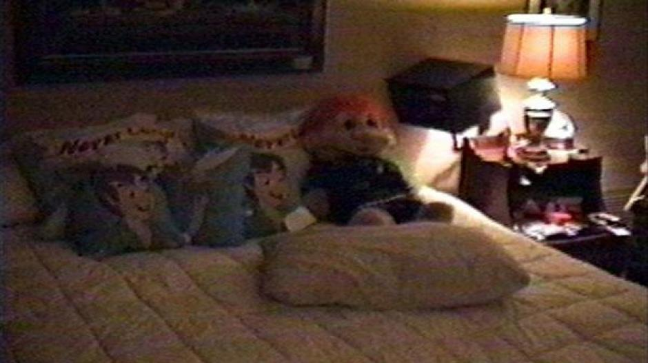 Peluches y almohadas con la imagen de Peter Pan se encontraron en una de las recámaras. (Foto: Infobae)