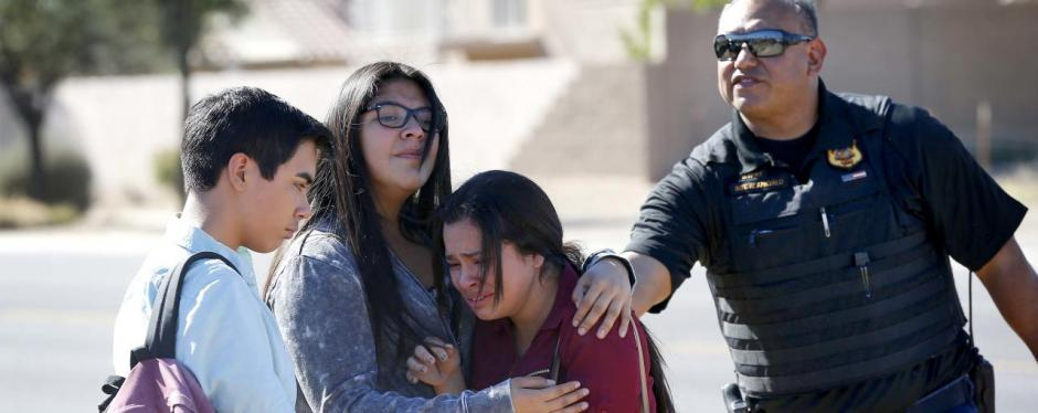 Familiares de las víctimas en las afueras del centro educativo. (Foto: Univisión)