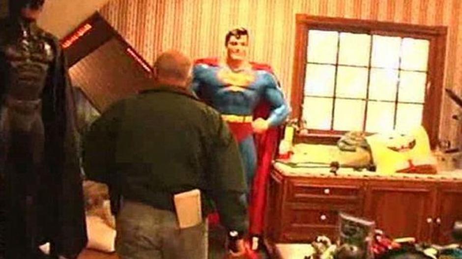 Superhéroes en tamaño real de Batman y Superman. (Foto: Infobae)