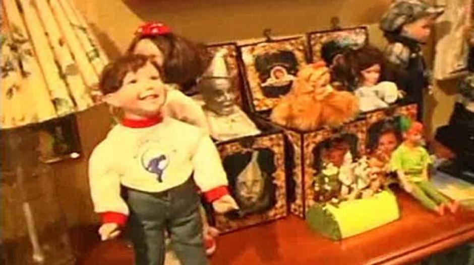 Decenas de muñecas también se hallaron en el armario secreto. (Foto: Infobae)