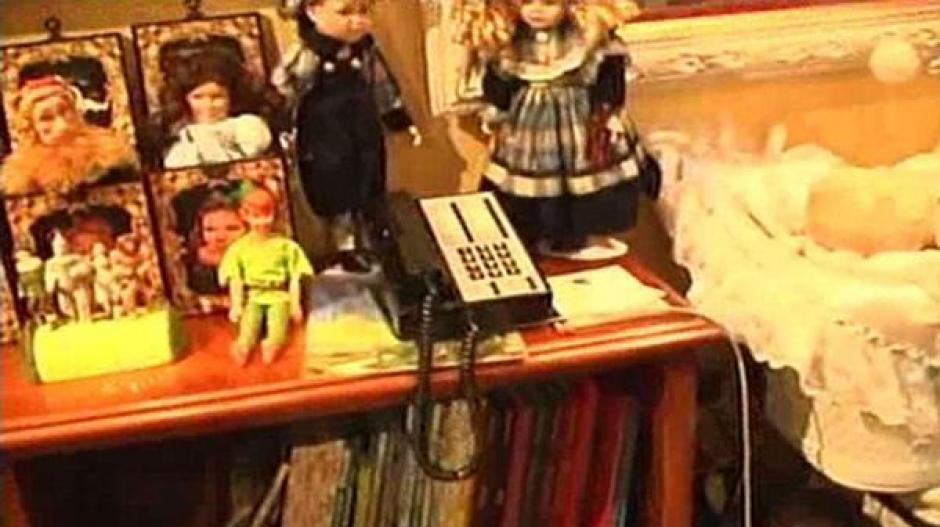 Otras muñecas al lado de una cama y debajo se ven libros, algunos de los que tenían imágenes pornográficas y de adolescentes desnudos. (Foto: Infobae)