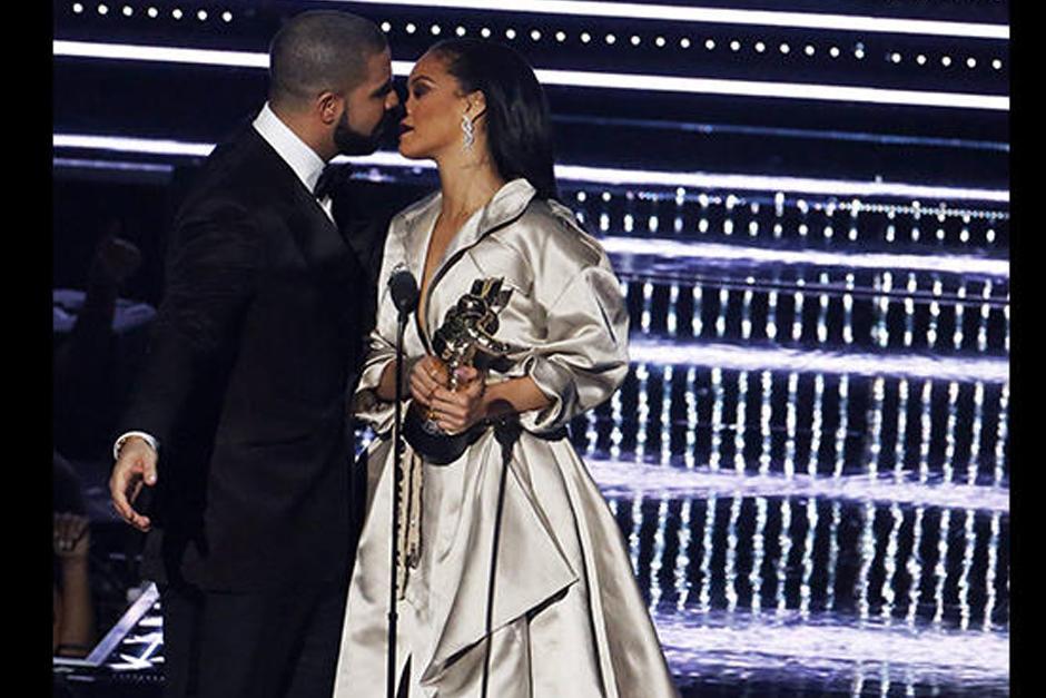 La muestras de afecto entre Drake y Rihanna cada vez enloquecen más al público. (Foto: AFP)