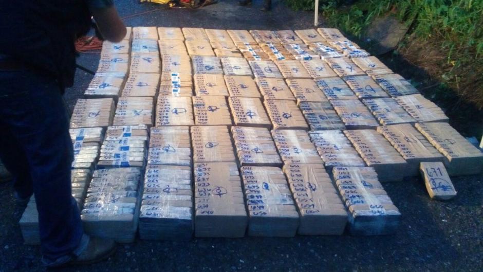 Las autoridades localizaron 671 kilos de cocaína en el interior de un camión. (Foto: PNC)