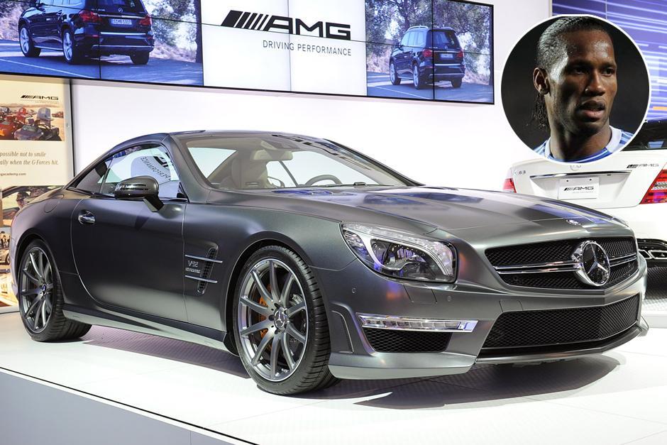 Didier Drogba tiene un Mercedes-Benz SL 65 AMG 2013. Cuenta con un poderoso motor 6.0 V-12 bi-turbo, capaz de desarrollar 630 caballos de fuerza, acelerar de 0 a 100 kilómetros por hora en tan solo 4 segundos.